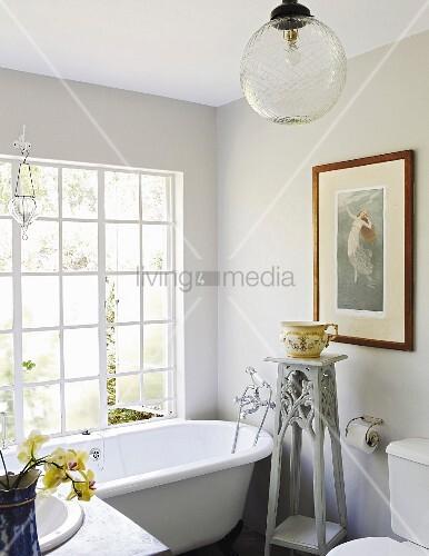 Stehende Badewanne stehende badewanne vor sprossenfenster und pflanzenständer im badezimmer bild kaufen