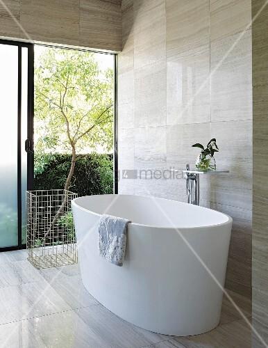moderne freistehende badewanne mit blick ins freie bild. Black Bedroom Furniture Sets. Home Design Ideas