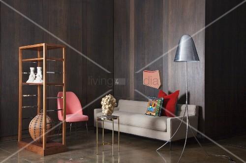 Wohnzimmer mit dunklen holzpaneelen an der wand bild for Bild wand wohnzimmer