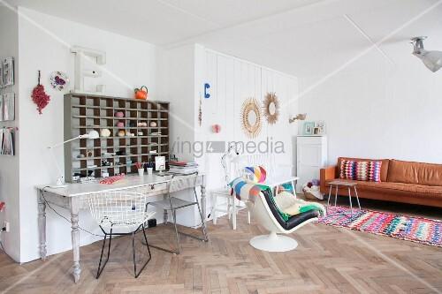 vintage schreibtisch mit holzregal in wohnbereich mit ledercouch und sessel bild kaufen. Black Bedroom Furniture Sets. Home Design Ideas