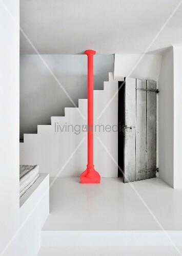 Rote stahlst tze vor weisser betontreppe und neben - Betontreppe kaufen ...