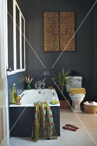 badezimmer mit ethnoflair dunkelblaue wandfliesen und gleichfarbiger wandanstrich bild kaufen. Black Bedroom Furniture Sets. Home Design Ideas