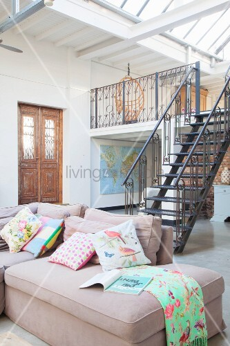 loft mit antiker eingangst r stahltreppe zur galerie und gem tlichem sofa bild kaufen. Black Bedroom Furniture Sets. Home Design Ideas