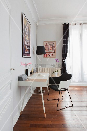 schreibtisch mit schwarz wei em armlehnstuhl vor fenster bild kaufen living4media. Black Bedroom Furniture Sets. Home Design Ideas