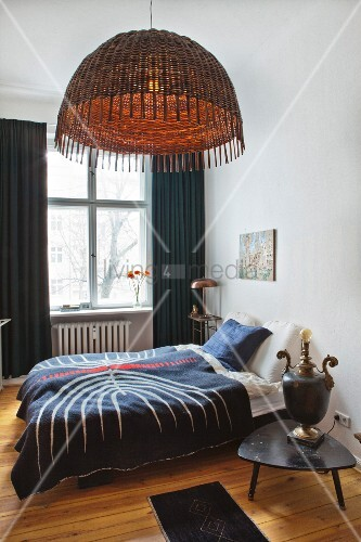 schlafzimmer mit doppelbett vintage nachttischlampe und h ngelampe mit korbschirm in. Black Bedroom Furniture Sets. Home Design Ideas