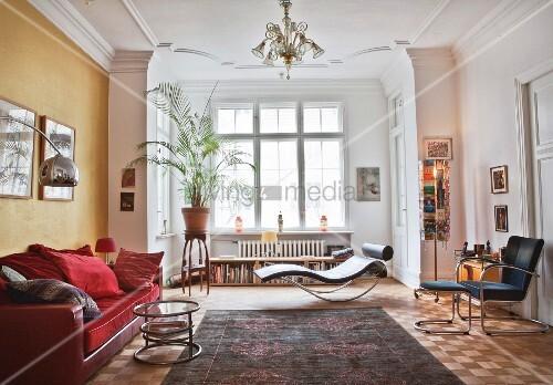 lounge mit rotem sofa und beistelltisch designerliege und zimmerpalme im erker bild kaufen. Black Bedroom Furniture Sets. Home Design Ideas