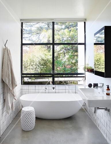 helles minimalistisches bad mit freistehender badewanne und schwarzen fensterrahmen bild. Black Bedroom Furniture Sets. Home Design Ideas