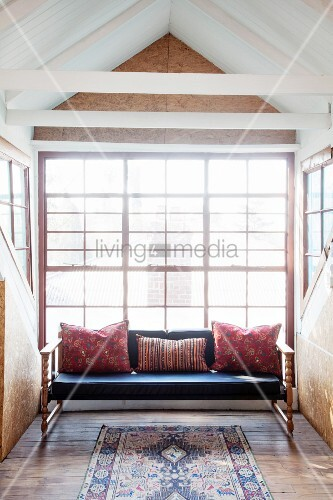 sofabank mit kissen in heller gaube osb platten und recycelter dielenboden bild kaufen. Black Bedroom Furniture Sets. Home Design Ideas