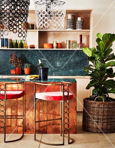 art deco barhocker vor k chentresen zimmerpflanze im korb. Black Bedroom Furniture Sets. Home Design Ideas