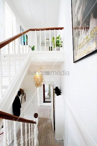 Weiße Holztreppe weiße holztreppe in restaurierter altbauwohnung bild kaufen