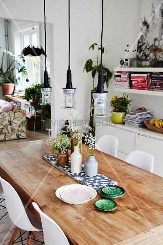 rustikaler tisch mit keramikschalen und blumenvasen. Black Bedroom Furniture Sets. Home Design Ideas