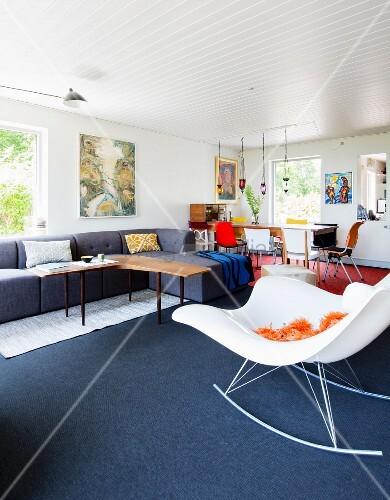 moderner schaukelstuhl im offenen wohnraum mit stilmix. Black Bedroom Furniture Sets. Home Design Ideas