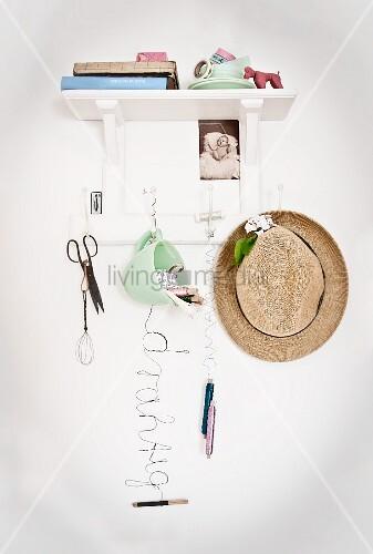 wei es wandboard mit hakenleiste und verschiedenen. Black Bedroom Furniture Sets. Home Design Ideas