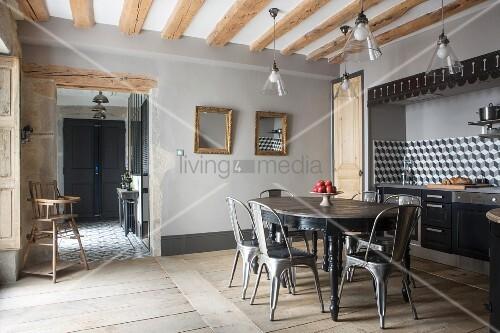 Platzbedarf Vor Küchenzeile ~ ovaler tisch mit klassikerstühlen im essbereich vor