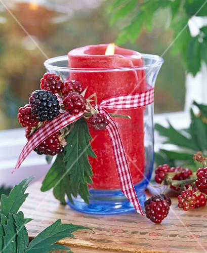 Rubus Brombeeren An Windlicht Mit Roter Kerze Bild