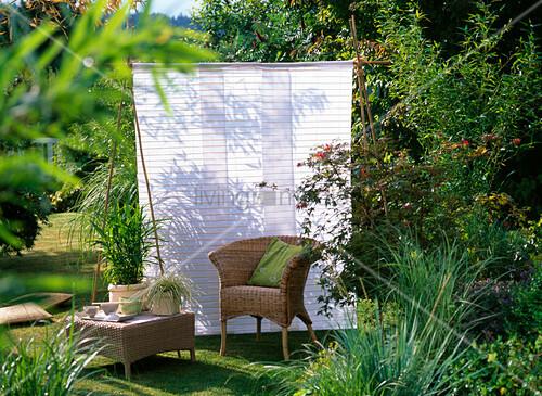 asiatischer sitzplatz im garten mit sonnenschutz bild kaufen living4media. Black Bedroom Furniture Sets. Home Design Ideas