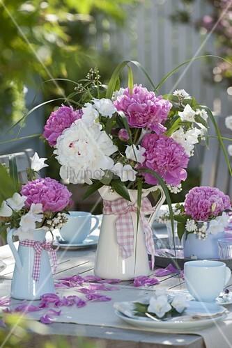rosa wei e pfingstrosen tischdeko auf der terrasse bild kaufen living4media. Black Bedroom Furniture Sets. Home Design Ideas
