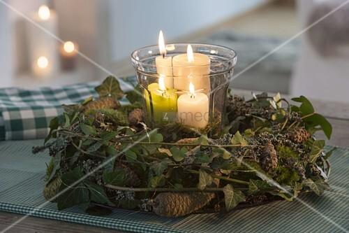 adventskranz aus naturmaterialien kranz aus flechtenbewachsenen zweigen bild kaufen. Black Bedroom Furniture Sets. Home Design Ideas
