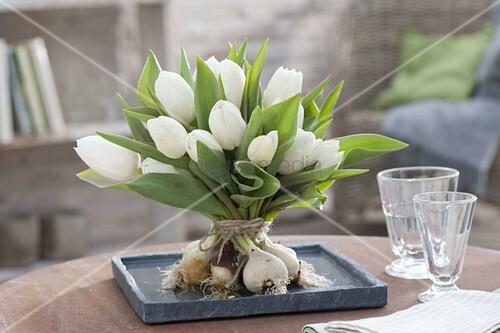 stehstrauss aus weissen tulipa tulpen mit zwiebeln bild kaufen living4media. Black Bedroom Furniture Sets. Home Design Ideas