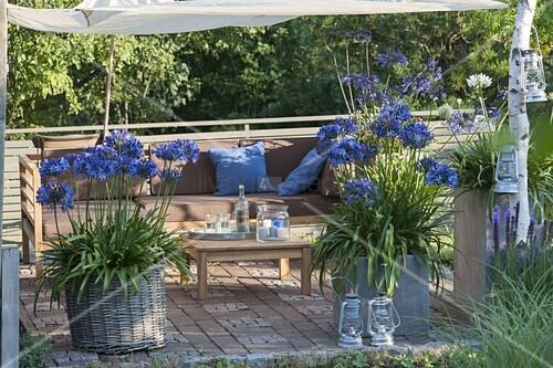 terrasse mit sonnensegel am sp ten nachmittag k bel mit. Black Bedroom Furniture Sets. Home Design Ideas