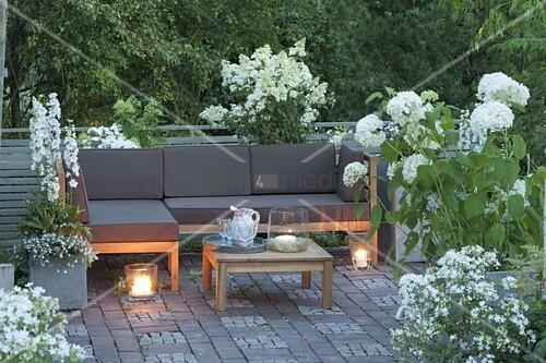 terrasse mit weissen pflanzen lounge ecke und tisch hydrangea annabelle bild kaufen. Black Bedroom Furniture Sets. Home Design Ideas