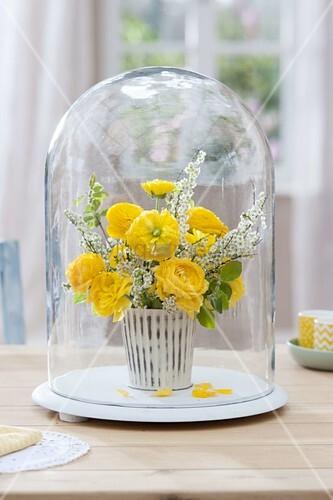 kleiner gelb weisser strauss aus ranunculus ranunkeln und spiraea bild kaufen living4media. Black Bedroom Furniture Sets. Home Design Ideas