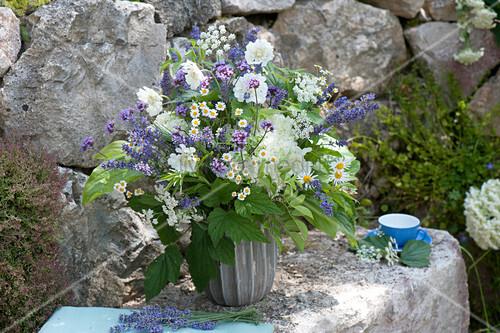blau weisser strauss aus lavandula lavendel hydrangea. Black Bedroom Furniture Sets. Home Design Ideas