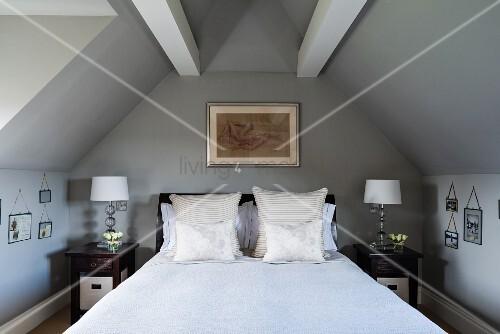 doppelbett unter dachbalken bild kaufen living4media. Black Bedroom Furniture Sets. Home Design Ideas