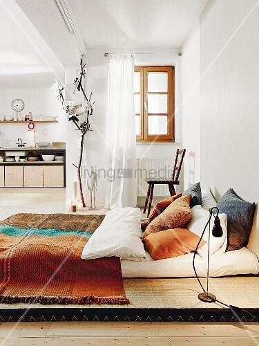 schlafbereich mit tatami matten und kisssen bild kaufen. Black Bedroom Furniture Sets. Home Design Ideas