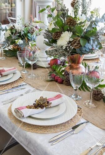 weihnachtlich gedeckter tisch mit deko aus naturmaterialien bild kaufen living4media. Black Bedroom Furniture Sets. Home Design Ideas