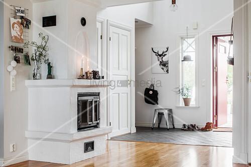 gemauerter kamin im lichtdurchfluteten eingangsbereich bild kaufen living4media. Black Bedroom Furniture Sets. Home Design Ideas