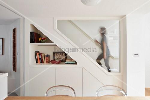 Regal Und Einbauschrank Neben Innenfenster Mit Blick Auf Treppe Und Frau