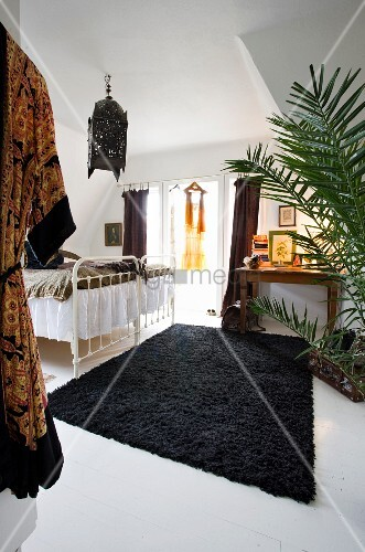 orientalisch dekoriertes schlafzimmer unter dem dach. Black Bedroom Furniture Sets. Home Design Ideas