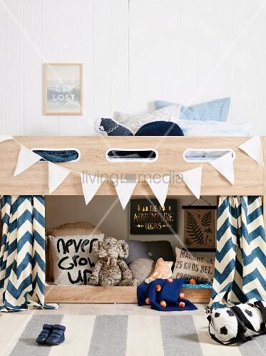jungenzimmer mit hochbett und weisser wimpelkette. Black Bedroom Furniture Sets. Home Design Ideas