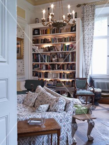 klassisches wohnzimmer mit beleuchtetem b cherregal bild. Black Bedroom Furniture Sets. Home Design Ideas