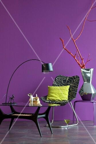 glastisch mit bogenlampe und bedruckter sessel. Black Bedroom Furniture Sets. Home Design Ideas