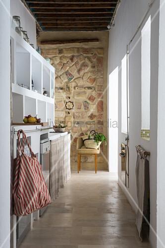 schmale k che mit wei en regalen und mosaikwand bild. Black Bedroom Furniture Sets. Home Design Ideas