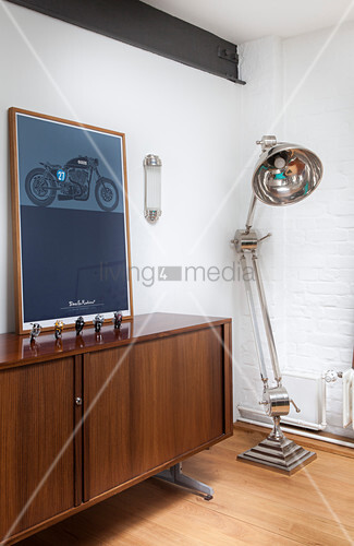 Large anglepoise lamp next to picture of motorbike on sideboard bild kaufen living4media - Large anglepoise lamp ...