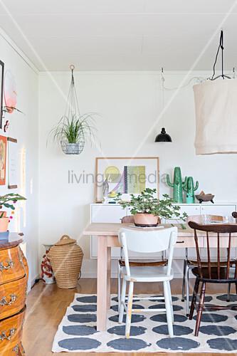 esstisch mit verschiedenen st hlen auf gepunktetem teppich bild kaufen living4media. Black Bedroom Furniture Sets. Home Design Ideas