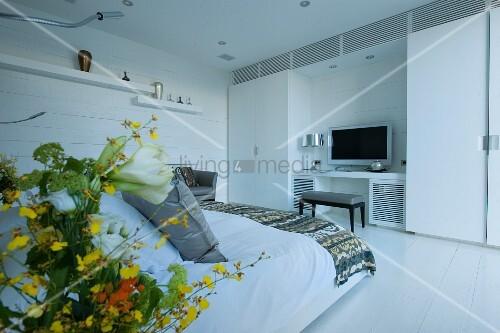 blick vom bett auf den fernseher zwischen zwei schr nken bild kaufen living4media. Black Bedroom Furniture Sets. Home Design Ideas