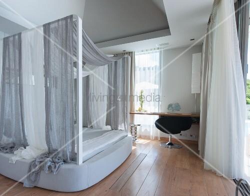 mond nes schlafzimmer in graut nen mit himmelbett bild. Black Bedroom Furniture Sets. Home Design Ideas