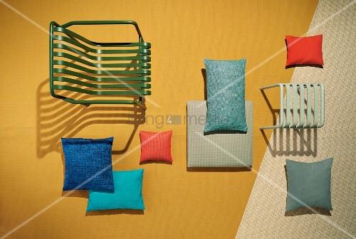 gartenstuhl und hocker und dekokissen mit uv best ndigen und wasserabweichenden stoffen bild. Black Bedroom Furniture Sets. Home Design Ideas