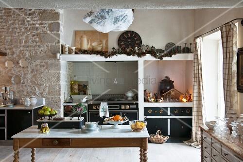 kche mit natursteinwand und weihnachtlicher krippendekoration