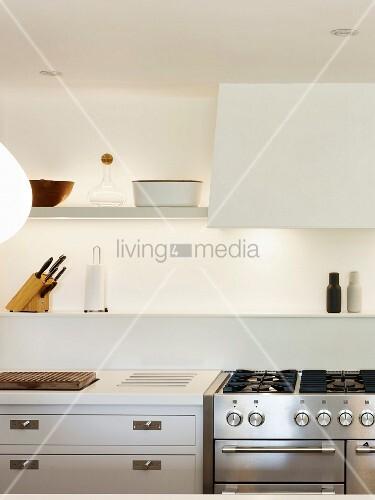 k che mit weissen wandboards beleuchtung und gasherd bild kaufen living4media. Black Bedroom Furniture Sets. Home Design Ideas