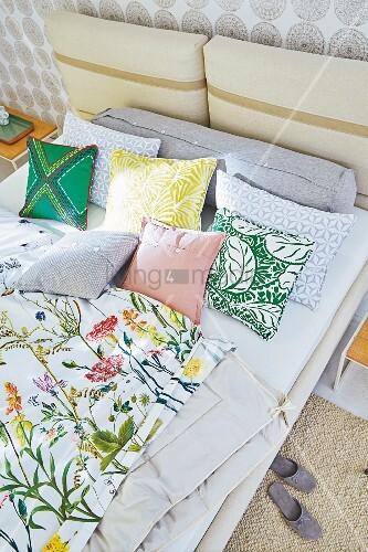 blick auf doppelbett mit blumen bettw sche und kissen bild kaufen living4media. Black Bedroom Furniture Sets. Home Design Ideas