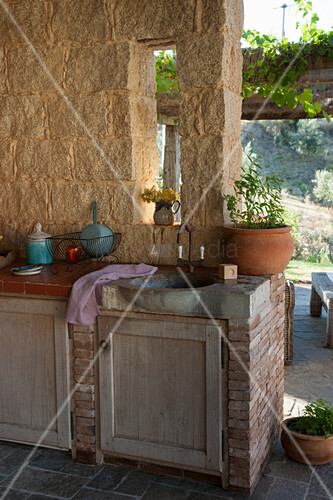 Aussenküche Gemauert gemauerte außenküche mit steinwaschbecken auf der terrasse bild
