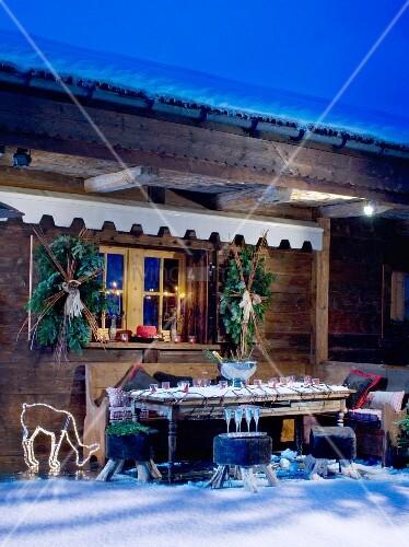 Verschneite und dekorierte Chalet-Terrasse mit Beleuchtung in ...