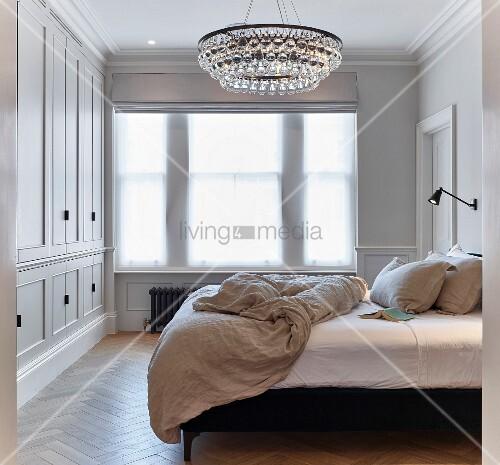 elegantes schlafzimmer mit kronleuchter und einbauschrank bild kaufen living4media. Black Bedroom Furniture Sets. Home Design Ideas