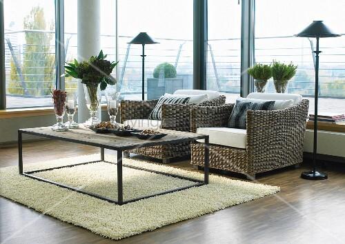 modernes wohnzimmer mit glasfronten und korbsesseln bild. Black Bedroom Furniture Sets. Home Design Ideas
