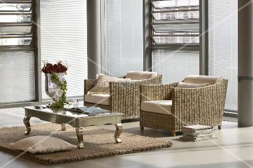 zwei korbsessel und ein couchtisch aus metall im urbanen. Black Bedroom Furniture Sets. Home Design Ideas